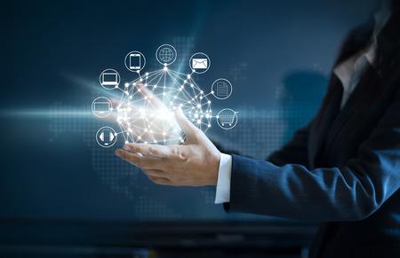Manos sosteniendo círculo conexión de red global, Omni Channel o Multi channel