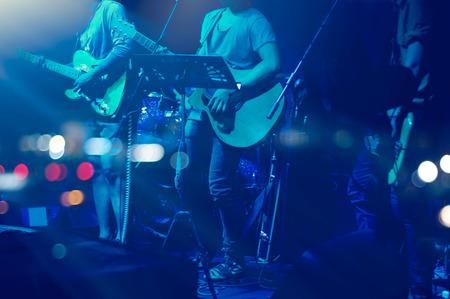 musico: Guitarrista en el escenario para el fondo, la falta de definición y el concepto blando Foto de archivo