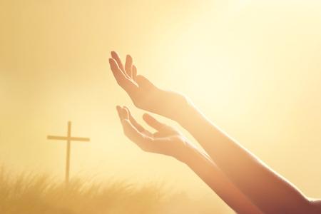 Respect en bidden aan het kruis en de natuur achtergrond sunset Stockfoto