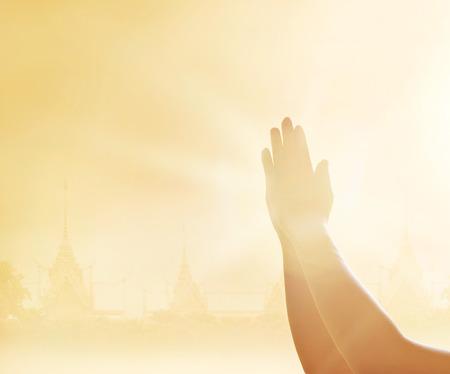 El respeto ya las manos juntas en el fondo del templo