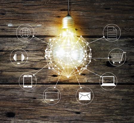 círculo bombilla conexión a la red global de clientes y el icono en el fondo de madera, Omni canal o multicanal