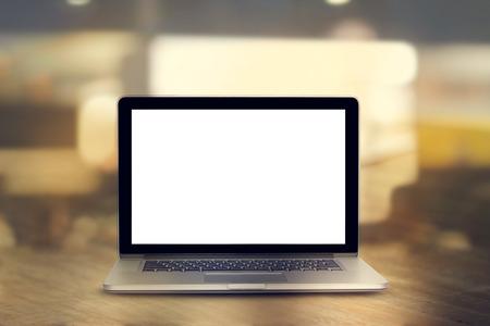 사무실에서 나무 테이블에 빈 화면 노트북, 빈티지 색조 스톡 콘텐츠