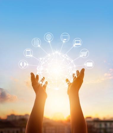 원 글로벌 네트워크 연결, 옴니 채널 또는 멀티 채널을 손에 들고