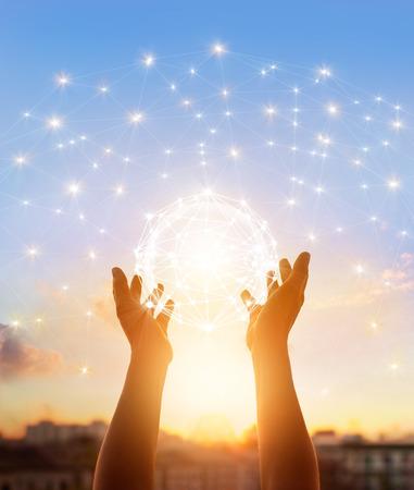 Scienza astratta, cerchio globale connessione di rete in mani sullo sfondo del tramonto Archivio Fotografico - 60275032