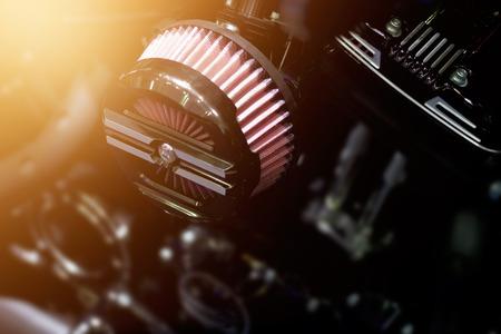 Close-up luchtfilter carburator motorfiets op een donkere achtergrond