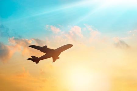 chorro: Avión en el cielo y las nubes en la puesta del sol