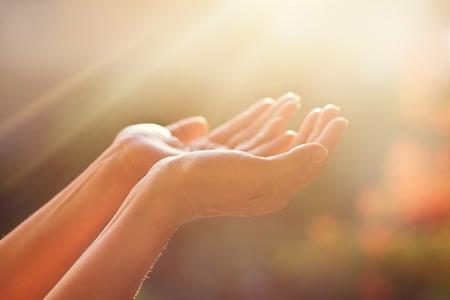 Respekt und Beten auf die Natur Hintergrund Standard-Bild - 61706025