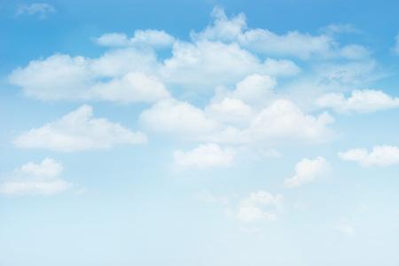 fond de texte: Ciel bleu avec des nuages ??pour l'arrière-plan, texte en blanc Banque d'images