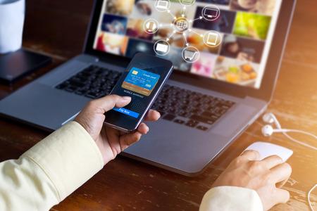 Man en utilisant les paiements mobiles shopping et icône client connexion en ligne de réseau sur l'écran, m-banking et canal omni
