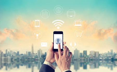 男は携帯電話の支払いを使用して、グローバル サークルを開催、オムニ チャネルまたはマルチ チャネルのアイコン顧客ネットワーク接続 写真素材