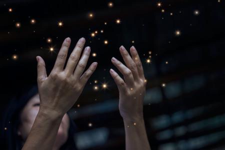 El respeto y la oración y polvo de estrellas en la ciudad en la noche del fondo