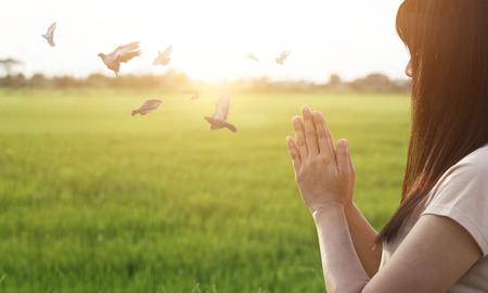 Vrouw respect en bidden op de natuur achtergrond