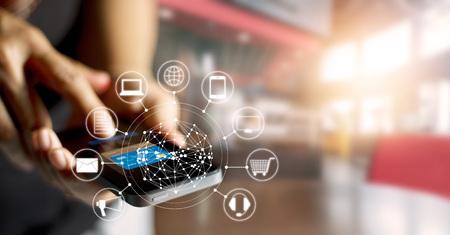 El hombre usando los pagos móviles compras en línea y el icono de conexión de red del cliente en la pantalla, de banca y de canal omni