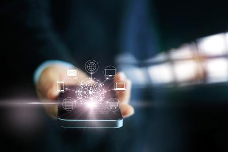 Hombre que usa el pago por móvil, sosteniendo el círculo global y la conexión de red del cliente icono, Omni Canal