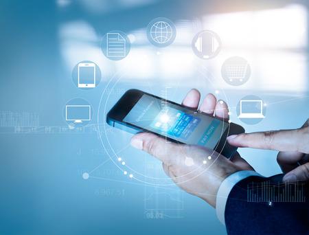 모바일 결제 온라인 화면에 쇼핑 및 아이콘 고객 네트워크 연결, m-은행 및 전 채널을 사용하는 사업가