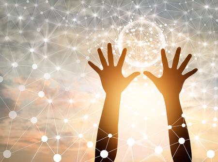 Abstrakte Wissenschaft, Kreis globale Netzwerkverbindung in den Händen auf Sonnenuntergang Hintergrund