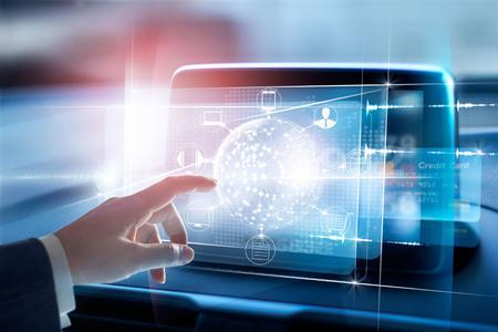 Handen die de wereldwijde netwerkverbinding en de icoonclient op het virtuele scherm, het Omni-kanaal en de online betaling raken, zijn allemaal op het scherm aan het ontwerp