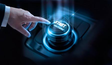 Zakenman druk op start toekomstige knop met virtueel licht op een donkere achtergrond