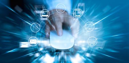 El hombre usando el ratón los pagos de compras en línea y el icono de cliente de conexión a la red de velocidad rápida, m-banca y omni canal Foto de archivo - 69107020