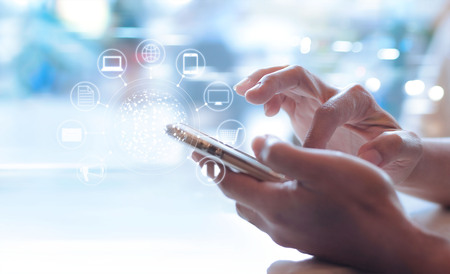 Mann mit mobilen Zahlungen, halten Kreis global und Symbol Kundennetzwerkverbindung, Omni-Channel