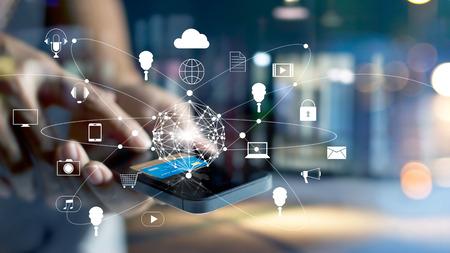 El hombre usando los pagos móviles compras en línea y el icono de conexión de red del cliente en la pantalla, de banca y de canal omni, todos en la pantalla del móvil son el diseño hasta Foto de archivo