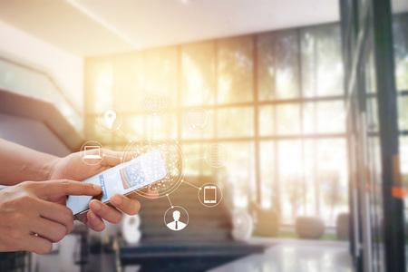El hombre que usa las compras en línea de pagos móviles y la conexión de la red de clientes con iconos en la pantalla, banca móvil y omni canal, todo en la pantalla móvil están diseñados Foto de archivo - 70722308