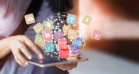 Frau, die Tablet-Online-Bankings-Zahlungskommunikations-Netztechnologie 4.0, mit Ikone global hält, schließen Kunden Omnichannel und mutichnanel an Standard-Bild
