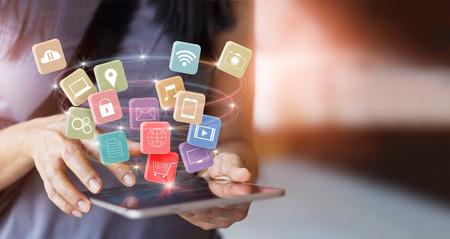여자는 모바일 태블릿 결제를 사용하여 온라인 쇼핑 및 아이콘 고객 네트워크 연결 화면에서 모든 m 뱅킹 및 옴니 채널 지불 스톡 콘텐츠