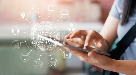 Femme utilisant des achats mobiles en ligne et icone connexion réseau client à l'écran, m-banking et omni channel