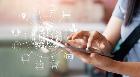 Mujer que usa compras en línea de los pagos móviles y la conexión de la red del cliente del icono en la pantalla, m-banca y canal omni