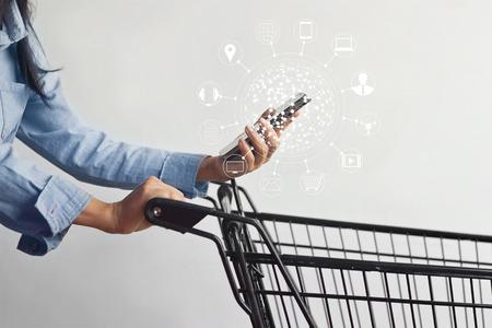 Frau mit mobilen Zahlungen Online-Shopping und Icon-Client-Netzwerk-Verbindung auf dem Bildschirm, m-Banking und Omni-Kanal Standard-Bild - 74434752
