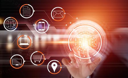 Zakenman met aanraak cirkel wereldwijde netwerk betalingen online winkelen en pictogram klantverbinding op virtueel scherm, m-banking, multichannel en omni-kanaal