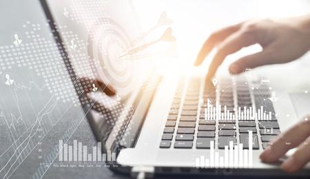 사업가 작업 및 노트북 배경, 비즈니스 개념에 디지털 아이콘을 가진 네트워크 연결 투자에 대상의 전략을 계획
