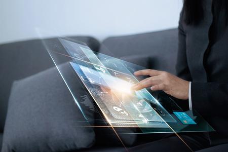 mano de empresaria tocando pagos de red global compras en línea y conexión de red de cliente de icono en pantalla virtual, m-banking y canal omni, multicanal, todo en tarjeta de crédito son diseño arriba