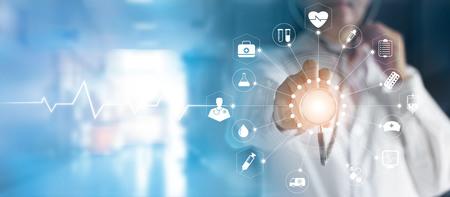 医師と医療技術ネットワーク概念現代仮想画面とアイコン医療ネットワーク接続を手に触れる聴診器