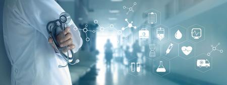 Medico con lo stetoscopio e l'icona bianca medica sul fondo dell'ospedale, concetto della rete di tecnologia medica Archivio Fotografico - 80150350