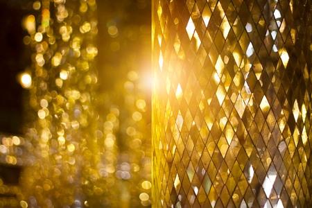 Brillante fondo de mosaico de vidrio dorado Foto de archivo - 80150351