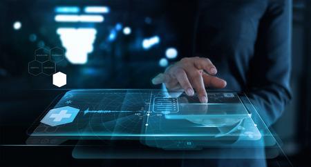 mujer que trabaja con una red médica en la interfaz de pantalla virtual en el fondo del hospital, concepto de red de tecnología médica.