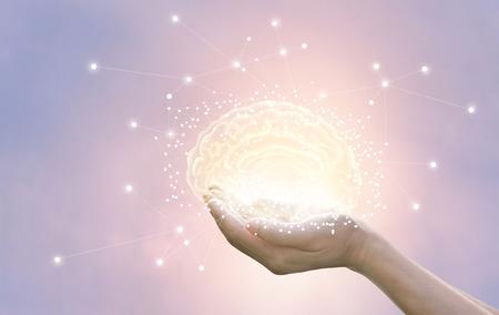 De palm houdt en beschermt virtuele hersenen op pastelkleurachtergrond, innovatieve technologie in wetenschap en medisch concept