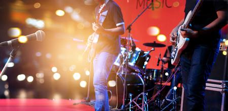 Gitarist op het podium voor de achtergrond, zacht en vervaging-concept Stockfoto
