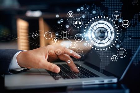 グローバル ネットワーク接続、オムニ チャネルおよびコミュニケーション コンセプトのノート パソコンに触れて実業家