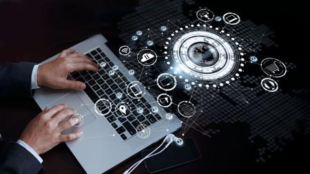 Empresario tocando la computadora portátil en una conexión de red global, Omni Channel y concepto de comunicaciones Foto de archivo - 82948093