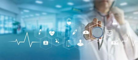 Doctor en medicina y estetoscopio en mano tocando la conexión de red médica icono con interfaz de pantalla virtual moderna, concepto de red de tecnología médica Foto de archivo