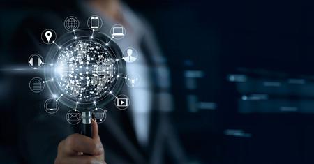 Zakenman met vergrootglas, zoeken betalingen online winkelen en pictogram klant netwerkverbinding op scherm, m-banking en omni-kanaal Stockfoto