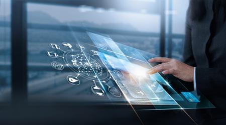 Mano al tocar la interfaz virtual del cliente, innovación tecnológica, concepto de negocio virtual, todo en pantalla y tarjeta de crédito están diseñados