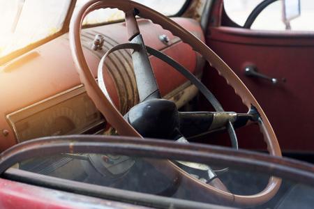 Klassiek auto-interieur en oud stuurwiel Stockfoto