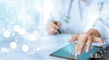Geneeskunde artsenhand wat betreft computerinterface als medische netwerkverbinding met het moderne virtuele scherm, het medische concept van het technologienetwerk
