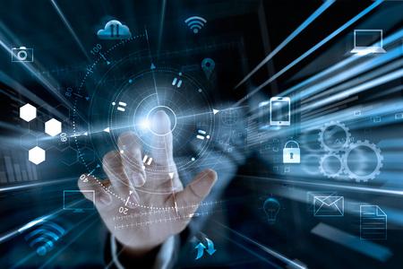 Empresário tocando trocas de dados de rede global e pagamentos de compras on-line com conexão de cliente ícone no fundo de informações em todo o mundo, m-banking e omni channel, multicanal Foto de archivo - 87898420