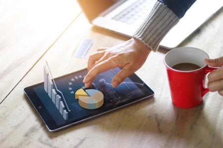 Geschäftsleute, die Laptop und Tablette des Internet-Networking-Marketingmarketingeinkaufens des Technologie-E-comerceinternets und des Geschäftsstatistik-Wachstumsdiagramms, Geschäftserfolgkonzept verwenden Standard-Bild