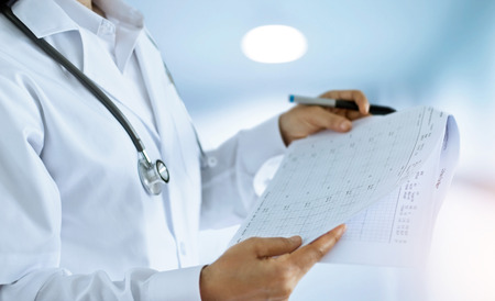 Femme médecin vérifier et les examens de sauvegarde bouleversé dans la salle d & # 39 ; un fond d & # 39 ; hôpital Banque d'images - 87841175